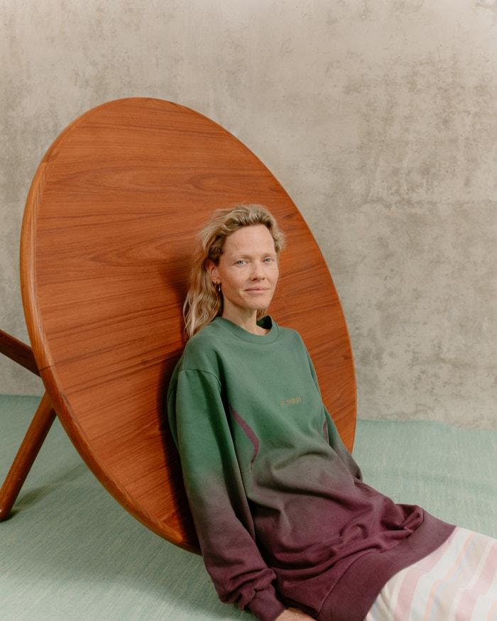 Modelka má na sobě mikinu značky Han Kjøbenhavn a sukni Libertine Libertine, obojí ušité ze 100% organické bavlny