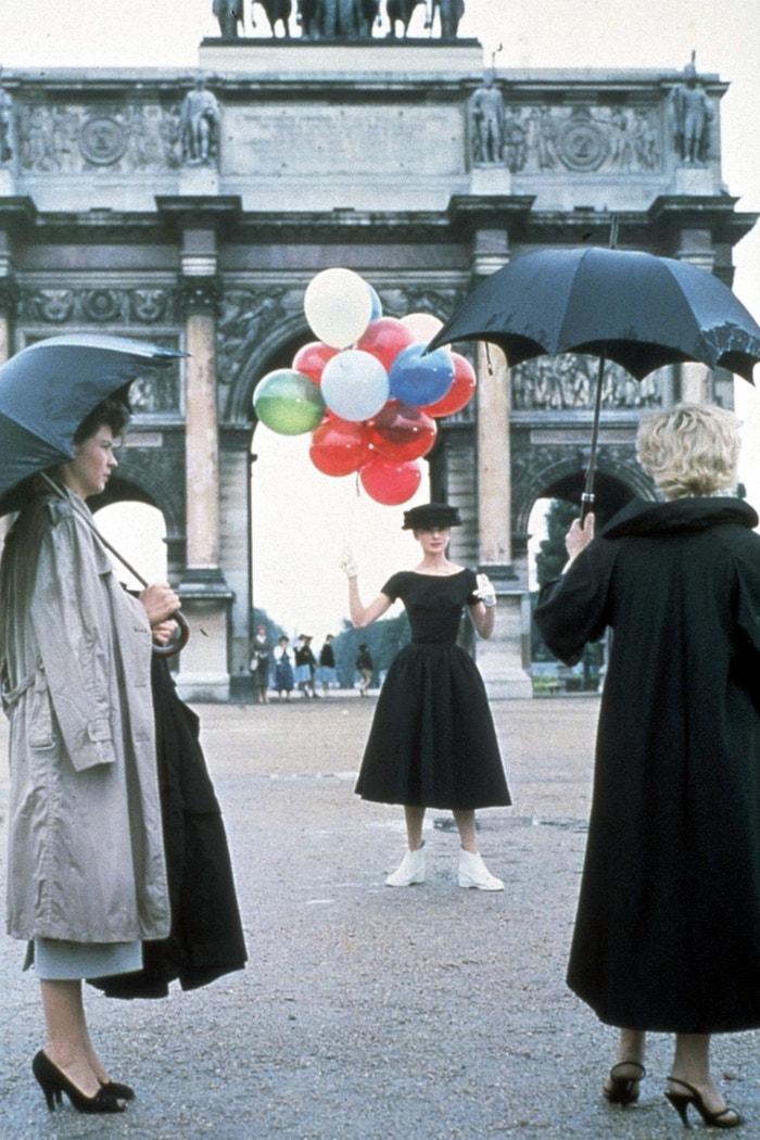 Usměvavá tvář (Funny Face/1957): Audrey Hepburn prožívá pohádku o Popelce v Paříži padesátých let minulého století. V hudební komedii Stanleyho Donena, jednoho z posledních klasických hollywoodských žánrů, se Jo Stockton, zaměstnankyně knihkupectví v Greenwich Village se zálibou ve filozofii, stane po určitém zdráhání modelkou časopisu Quality. Redaktorka Maggie Prescott a fotograf Dick Avery ji společně přesvědčí. Jo a Dick se v poválečné Paříži, kterou podtrhuje hudba George a Ira Gershwinových, do sebe zamilují. Podaří se jim propojit neslučitelné světy? Autor: Snap Stills/Shutterstock