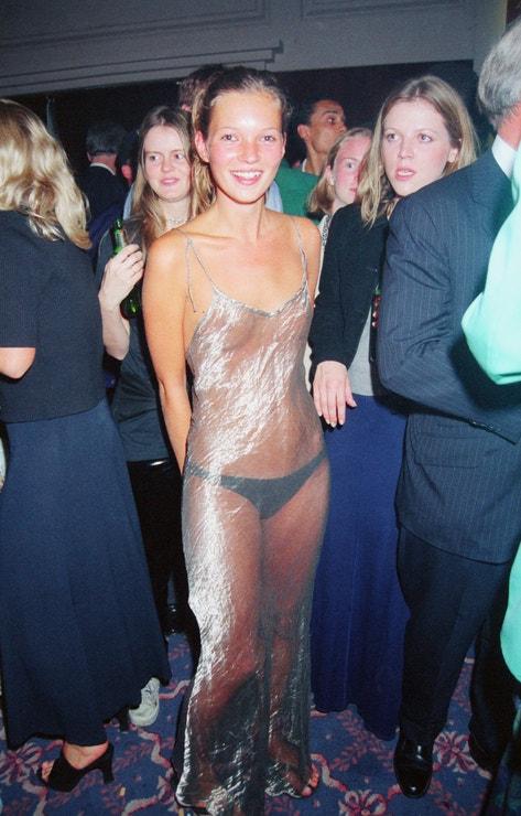 Pravděpodobně nejslavnější party šaty všech dob z roku 1993, kdy Kate vyrazila na večírek agentury Elite Model.