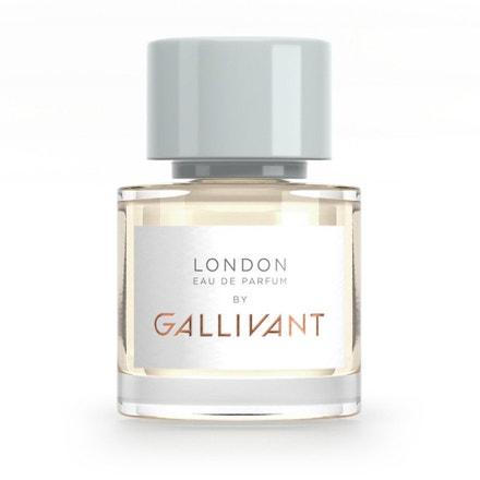 V unisexové vůni zachytíte tóny fialky, okurky, v jejím srdci dotek květin, santálového dřeva a kůže. Stejně jako Londýn je plná protikladů, setkání nového se starým, změny s tradicí. Dokonale ladí s multikulturním a vtipným Londýnem Bena Aaronovitche. Gallivant London, Gallivant, 30 ml, £ 65