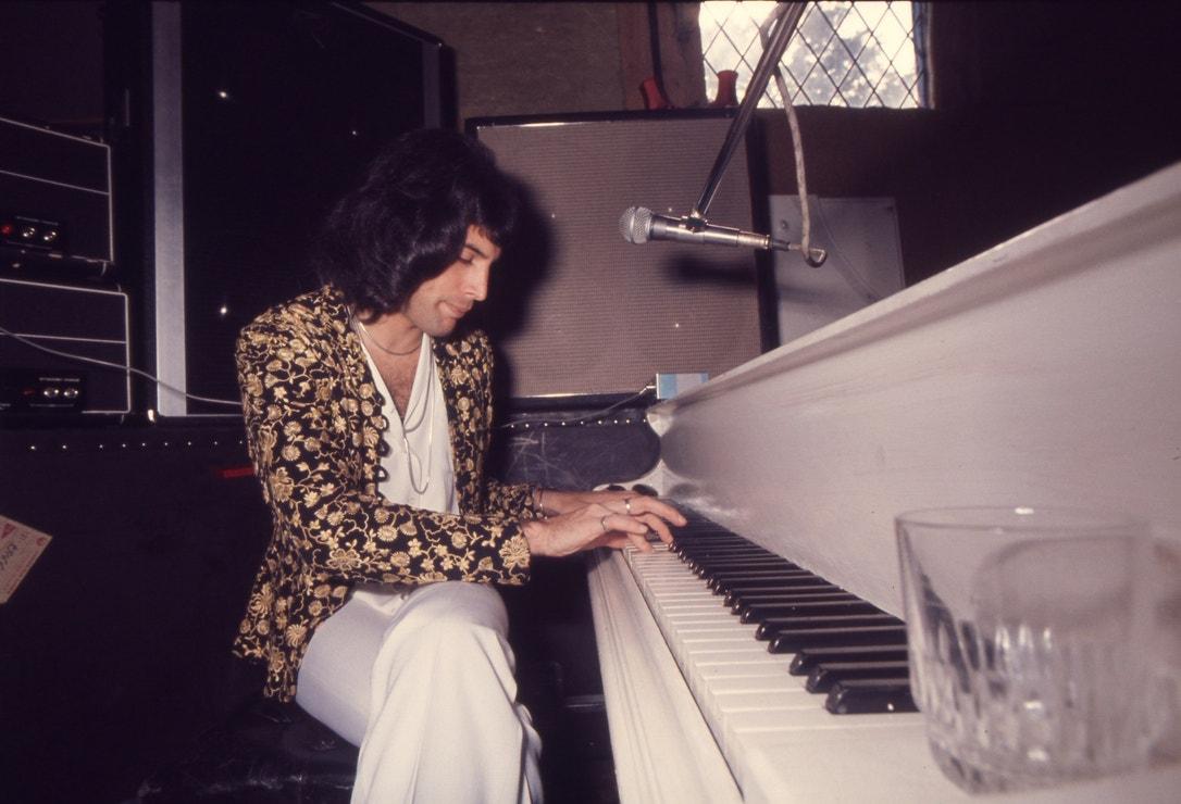 Freddie Mercury při nahrávání alba A Night in the Opera v Ridge Farm Studios, červenec 1975