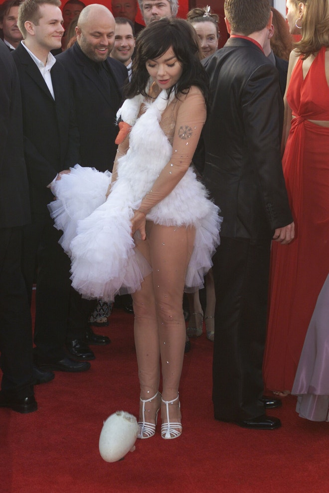 Björk na udílení Cen Akademie, březen 2001, Los Angeles