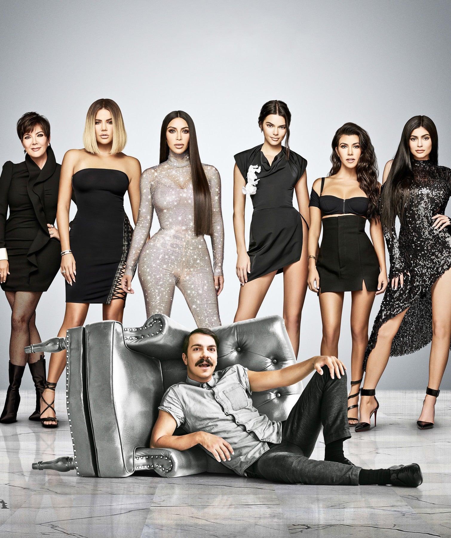 Promo fotka k nové TV show Kirby Jenner. Zleva: Kris Jenner, Khloé Kardashian, Kim Kardashian, Kendall Jenner, Kourtney Kardashian, Kylie Jenner a Kirby Jenner          Autor: Profimedia.cz