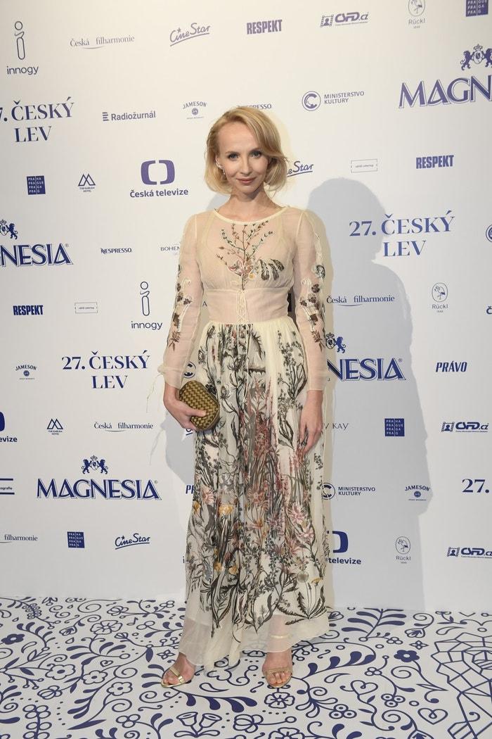 Jana Plodková v šatech Dior a s psaníčkem Bottega Veneta a šperky Gismondi Autor: Profimedia