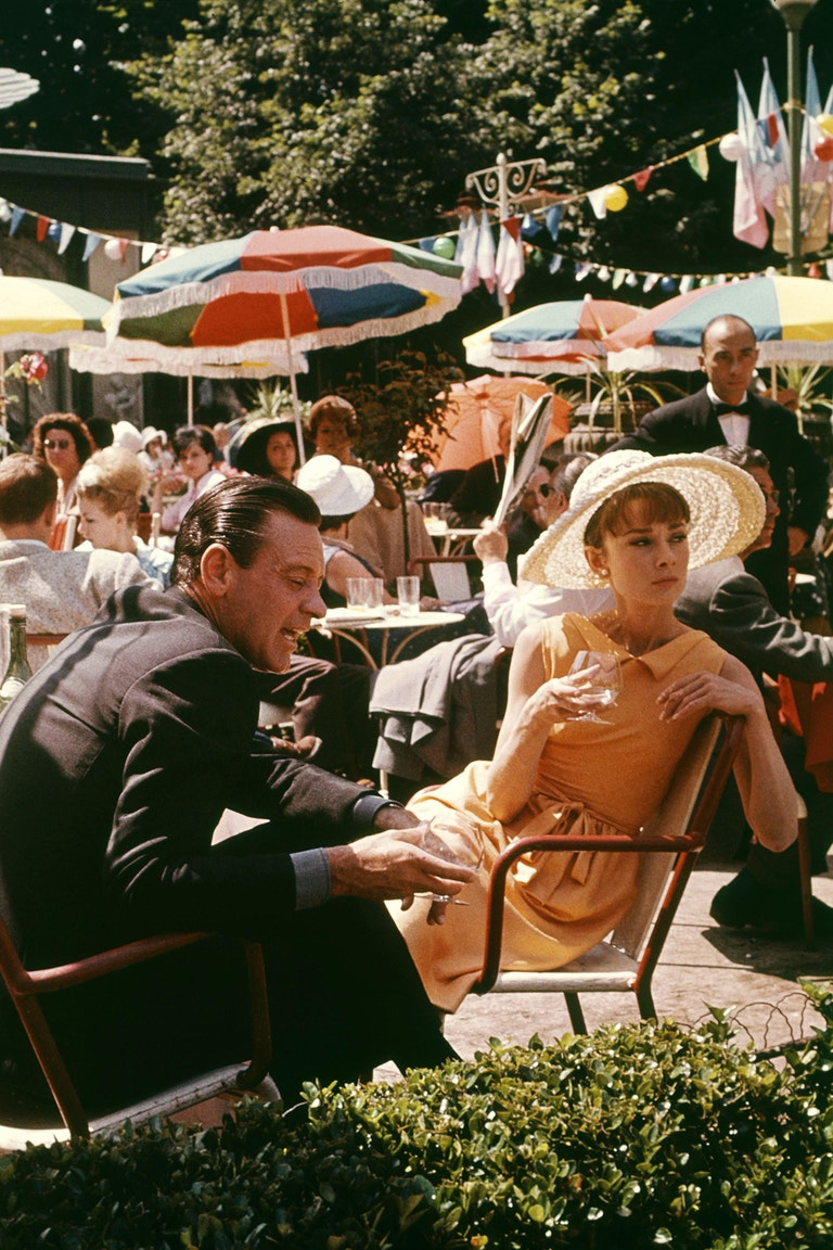 Audrey Hepburn a William Holden ve filmu Paříž v letním parnu