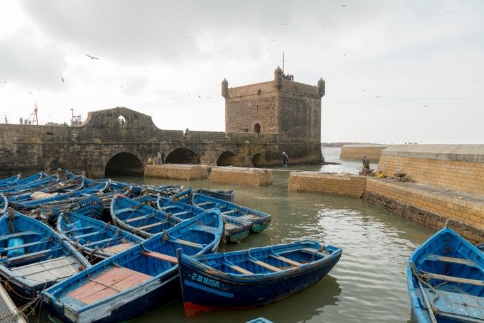 As-Sawíra, Maroko: Přímořské marocké městečko je prodchnuté historií. Bylo založeno v 5. století jako obchodní uzel, později se stalo útočištěm pro piráty a nakonec pro hudebníky včetně Jimiho Hendrixe, kteří se sem hrnuli v šedesátých letech. Ve třetí řadě seriálu se As-Sawíra stane přístavním městem Astapor, kde Daenerys koupí armádu Neposkvrněných a chystá se dobýt Sedm království. Autor: Athanasios Gioumpasis/Getty Images