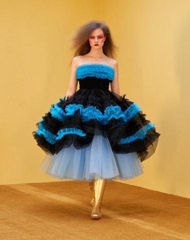 13 metrů tylu, 36 hodin práce. Jak tvoří šaty Molly Goddard?