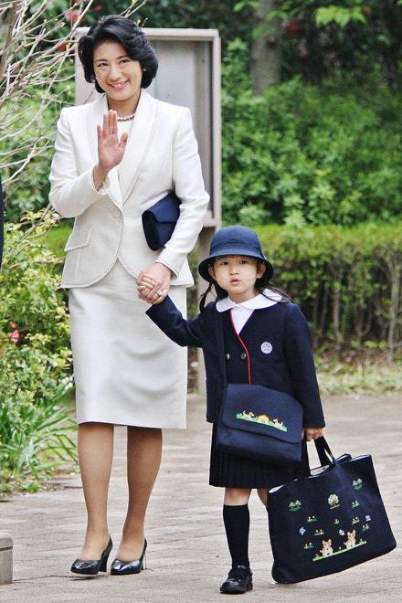 Japonská princezna Aiko během slavnostní ceremonie s maminkou (dnes císařovnou) Masako, školka Gakušúin, Tokio, duben 2006