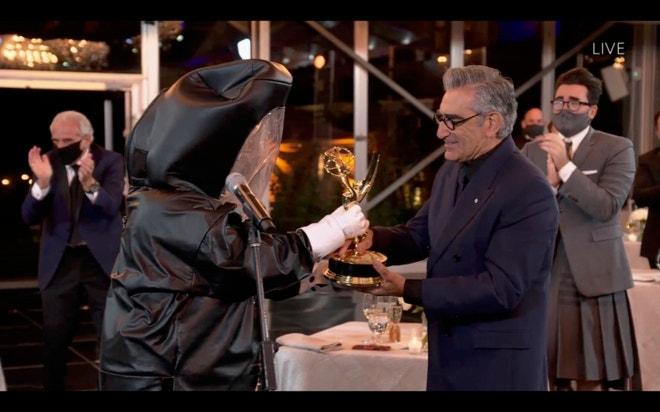 Tvůrci seriálu Schitt's Creek přebírají ceny Emmy Awards 2020