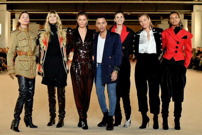 Olivier Rousteing s modelkami na přehlídce Balmain podzim - zima 2020/2021