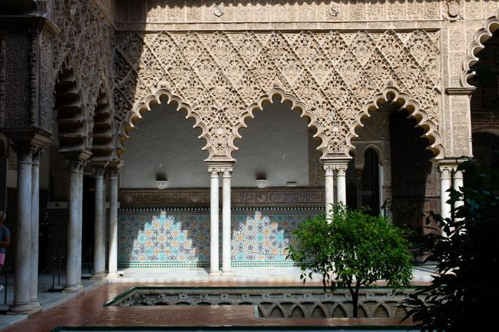 Alcázar, Sevilla, Španělsko: Úchvatný královský palác v Seville s kvetoucími zahradami, propracovanými dlážděnými nádvořími a zlacenými stropy se v páté řadě seriálu promění v palác Dorne. Maurská pevnost z 10. století je nejstarším evropským palácem, který je stále obýván. Autor: NurPhoto / Contributor
