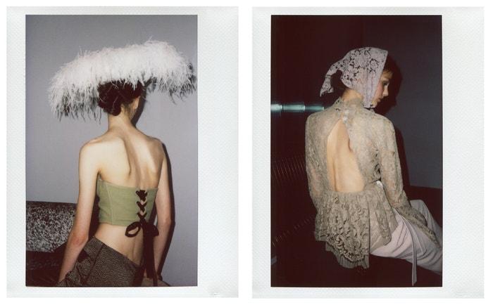 Vlevo: zelený korzet AW 2017, klobouk s peřím Couture 2019, kalhoty AW 2015, vše Zuzana Kubíčková.  Vpravo: krajkový top s volnými zády Couture 2019, kalhoty Pop 2019, krajkový šátek Pop 2019, vše Zuzana Kubíčková.