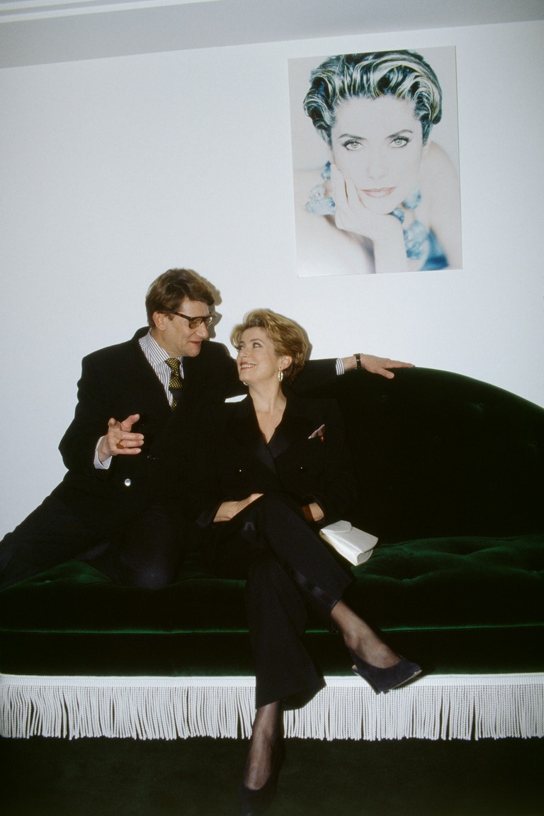 Yves Saint Laurent a Catherine Deneuve při otevření beauty institutu YSL v Paříži, prosinec 1992