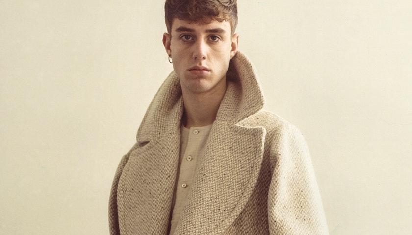 Značka Alexander McQueen daruje látky mladým návrhářům