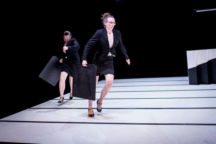 Tereza Ondrová spolu s režisérkou a performerkou Petrou Tejnorovou během představení Same Same