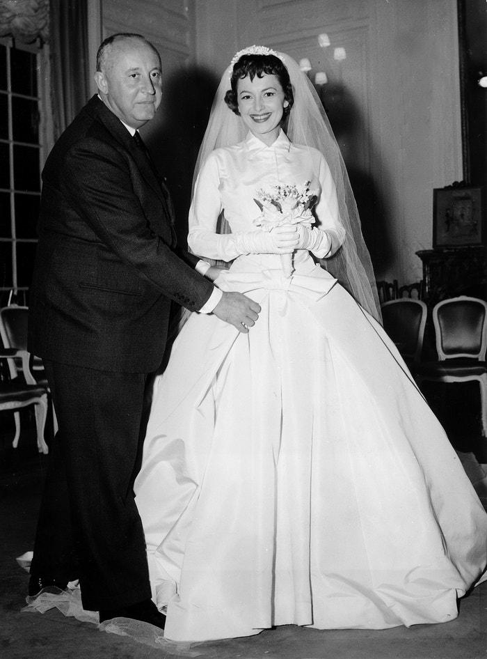 Christian Dior a svatební šaty v roce 1956      Autor: ullstein bild via Getty Images