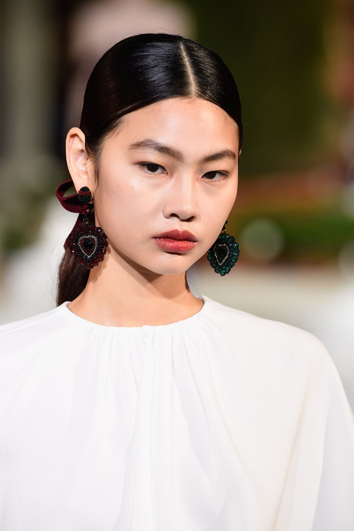 """""""Svatební den je příležitostí nechat zazářit přirozenou krásu a cítit se nádherně a sebevědomě,"""" říká Charlotte Tilbury. Přehlídka Oscar De La Renta, New York Fashion Week, únor 2019"""