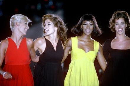 Linda Evangelista, Cindy Crawford, Naomi Campbell a Christy Turlington na přehlídce Versace podzim - zima 1991 v Miláně