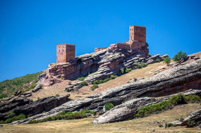 Hrad Zafra, Guadalajara, Španělsko: Tento středověký hrad postavený na pískovcovém výběžku má výhled na izolovaný úsek Sierra de Caldereros. Silný dojem udělá v šesté řadě jako Věž radosti, záhadná pevnost, která skrývá s napětím očekávané tajemství Jonova původu. Autor: Dukas/UIG via Getty Images