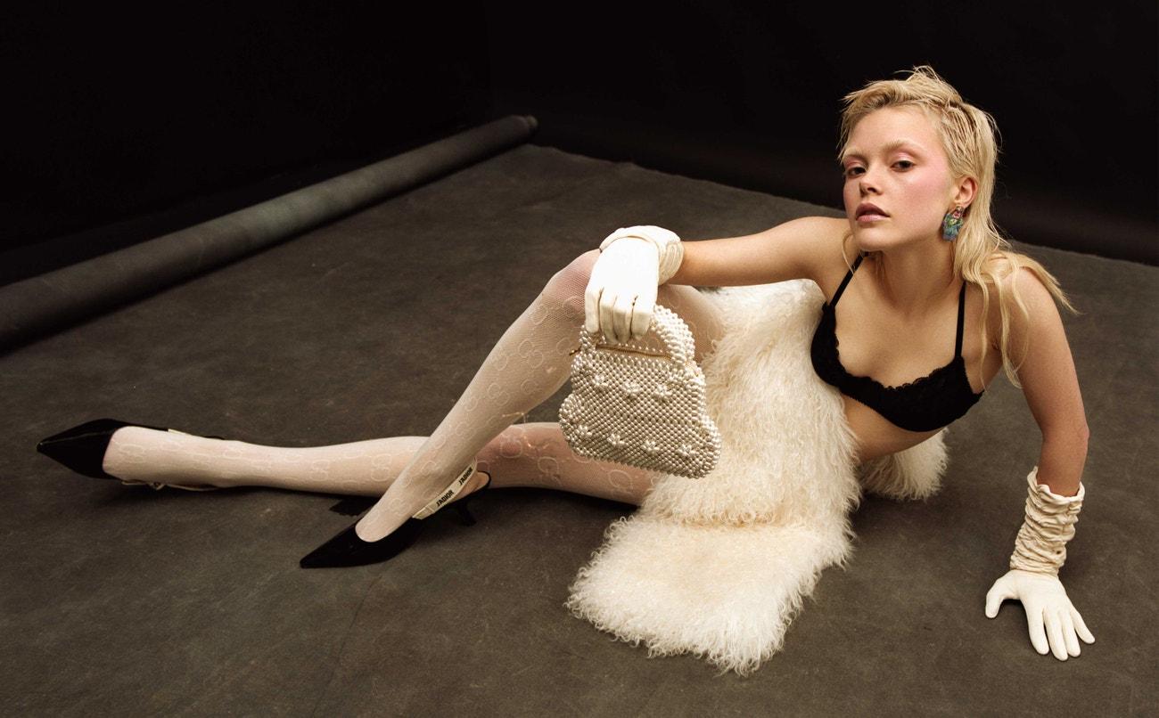 Punčochy, Gucci; boty, Dior; kožíšek, Barbra Kolasinski; náušnice, Claire Barrow; taška, Shrimps; rukavice, Vintage.