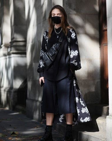 Roušky a nová pravidla. Street style z londýnského fashion weeku