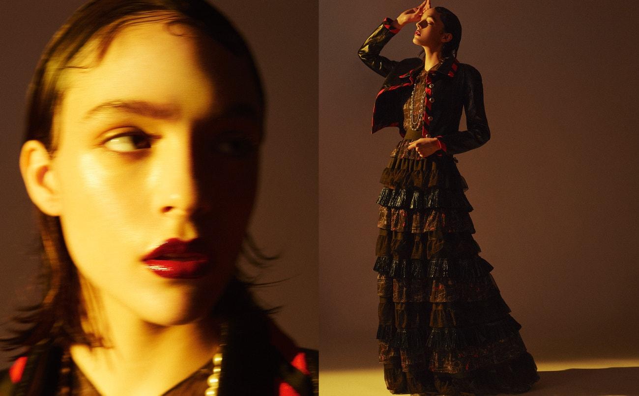 Top, sako, náhrdelník, sukně, vše Chanel.