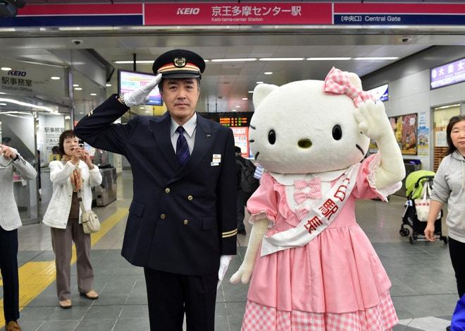 Hello Kitty v železniční stanici v Tokiu