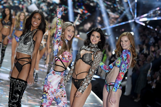 Cindy Bruna, Gigi Hadid, Kendall Jenner a Alexina Graham, Victoria's Secret Fashion Show, 2018