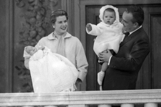Monacký kníže Rainier s dcerou Caroline a kněžna Grace s novorozeným synem Albertem, 19. dubna 1958