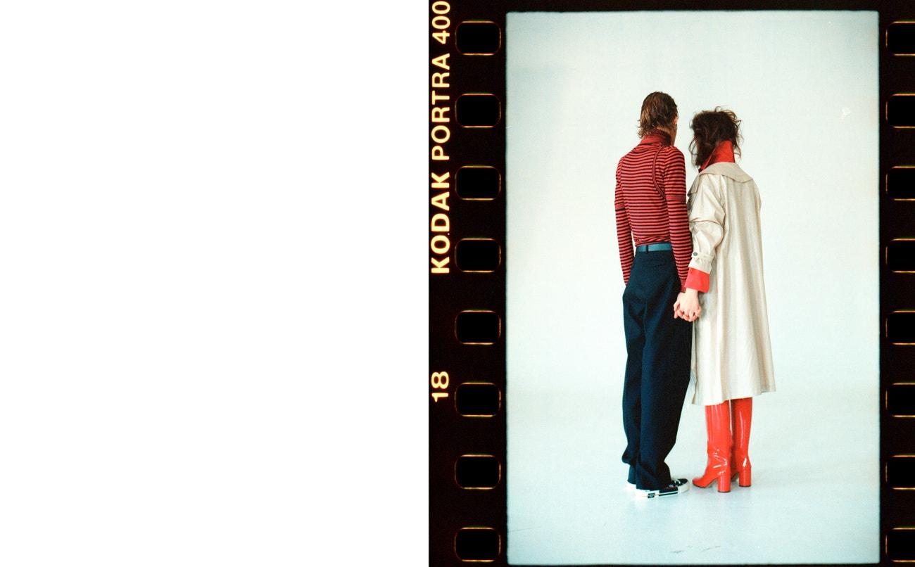 Nikol: červený kabát, PETRA KUBÍKOVÁ (prodává Slávica); trenčkot, NEHERA (prodává Therapy); boty, MAISON MARGIELA (prodává Obsession).  Adam: rolák, triko, tílko, kalhoty, boty, pásek, vše DIOR HOMME (prodává The Brands).