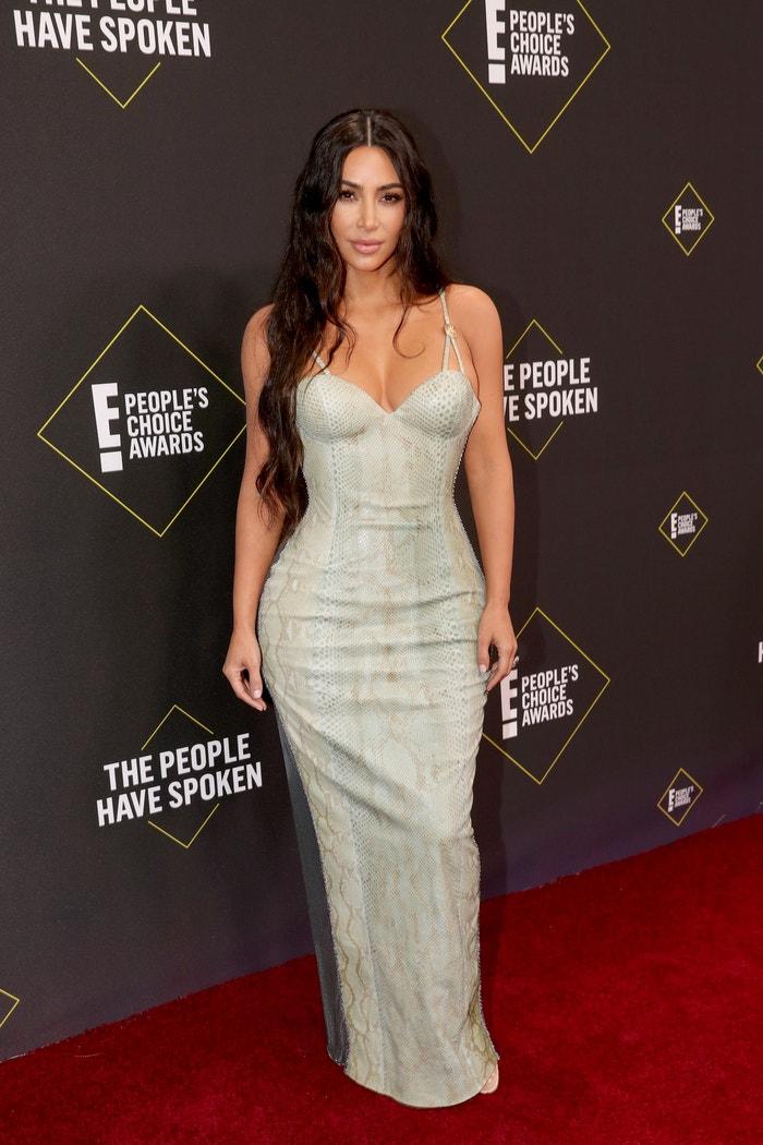 Kim Kardashian v šatech Versace na E! People's Choice Awards 2019 Autor: Christopher Polk/E! Entertainment/NBCU Photo Bank via Getty Images