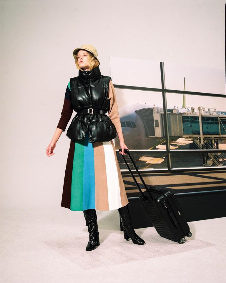 Pruhovaný top, Victoria Beckham, prodává Zalando, 6 490 Kč. Sukně, Victoria Beckham, prodává Zalando, 6 740 Kč. Vesta, MM6. Pásek a klobouk, Levi's. Kozačky, Karl Lagerfeld, prodává Zalando, 6 600 Kč.