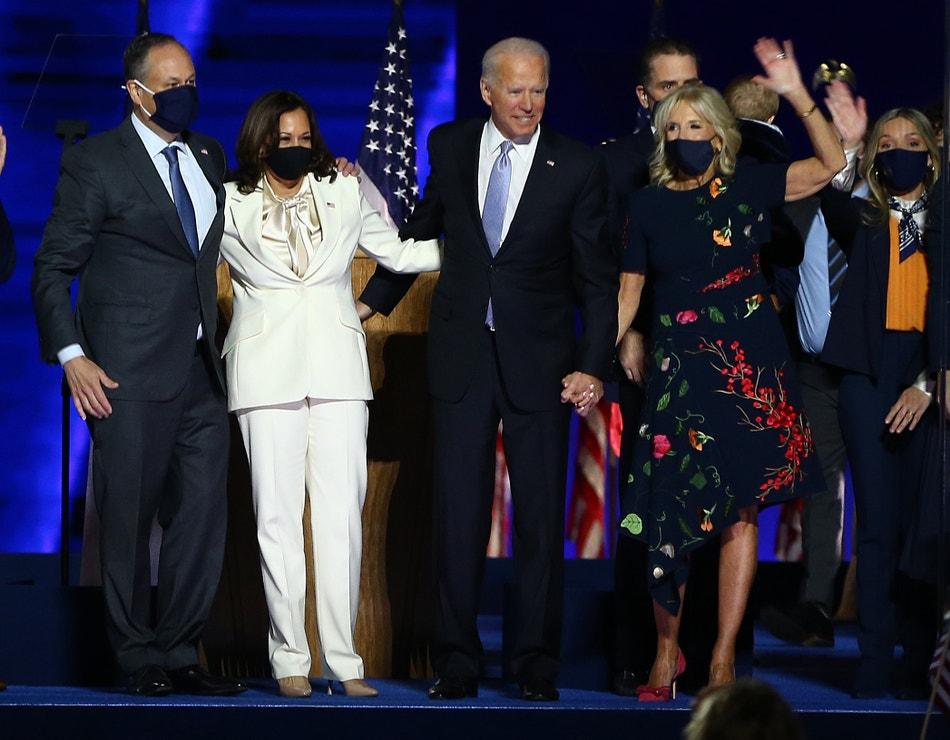 Kamala Harris s manželem Dougem Emhoffem a nově zvolený prezident USA Joe Biden s manželkou Jill oslavují vítězství, 7. listopadu 2020