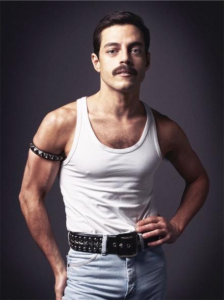 Rami Malek v roli Freddieho Mercuryho v Bohemian Rhapsody