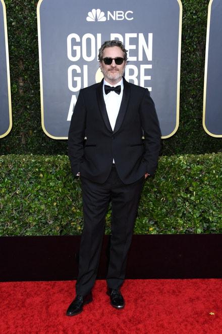 Joaquin Phoenix na Zlatých glóbech v obleku Stella McCartney, 2020