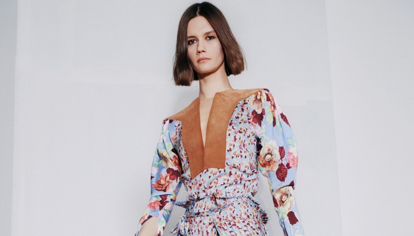 Květiny, militární looky avrstvení. Victoria Beckham podzim/zima 2021