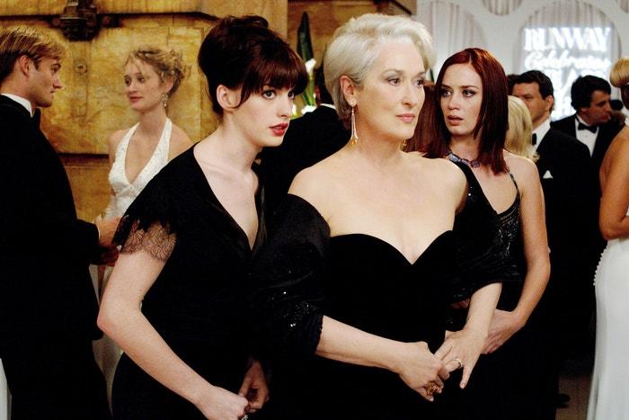 Ďábel nosí Pradu (The Devil Wears Prada/2006): Když se Andrea Sachs (Anne Hathaway), mladá novinářka, stane sekretářkou Mirandy Priestly (Meryl Streep), šéfredaktorky časopisu Runway, zažije doslova kulturní šok. Andrea neřeší vzhled a tak trochu pohrdá povrchním světem módy, Miranda ji však rychle vyvede z omylu. Adaptace románu Lauren Weisberger z roku 2003 je vtipná a skvěle herecky obsazená. Tip Vogue CS: Stejnojmenná knižní předloha se dočkala pokračování pod názvem Pomsta nosí Pradu, ve kterém Andy a Emily, které nyní pojí nejen práce, ale i přátelství, čelí obávané Mirandě společně. Autor: Barry Wetcher/20th Century Fox/Kobal/Shutterstock