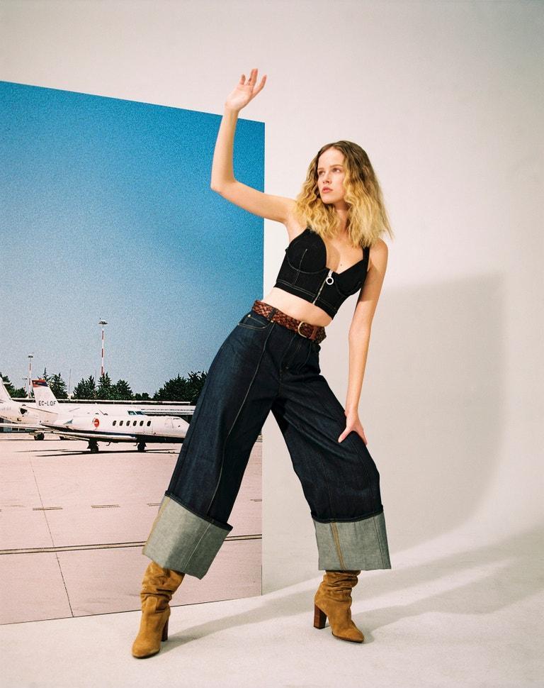 Top, Pepe Jeans, prodává Zalando, 1 960 Kč. Džíny, Victoria Beckham, prodává Zalando, 7 060 Kč. Pásek, Weekend Max Mara, prodává Zalando, 3 300 Kč. Kozačky, Polo Ralph Lauren, prodává Zalando, 3 300 Kč.