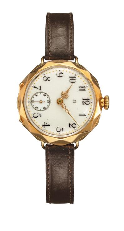 Model s ručičkami ve stylu Ludvíka XV. Jde o jedny z prvních náramkových hodinek Omega. Pochází z roku 1906.