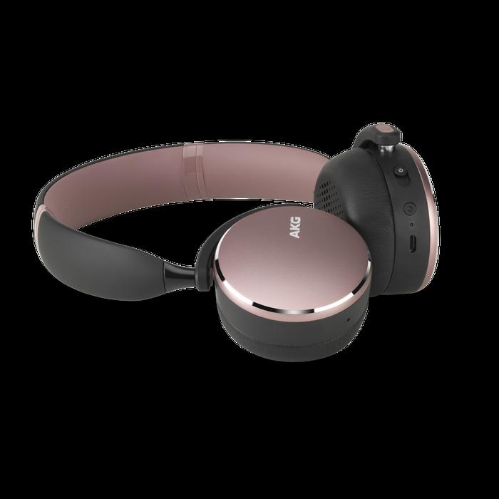 SAMSUNG  Bezdrátová sluchátka AKG Y500 vypadají výborně a vydrží hrát až 33 hodin na jedno nabití. Další hodinu navíc získáte už po pěti minutách dobíjení.  Cena: 3 990 Kč Autor: Archiv značky
