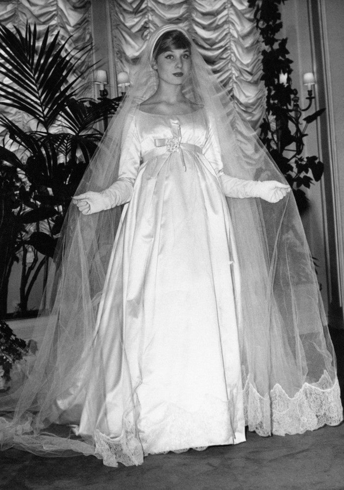 Svatební šaty, které navrhl Yves Saint Laurent pro módní dům Christian Dior v roce 1958  Autor: Keystone/France/Gamma-Rapho via Getty Images
