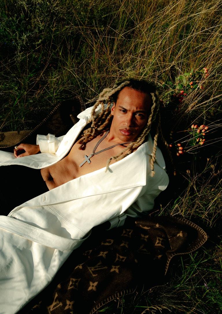 Kelvyn Colt (raper); kalhoty, DIOR MEN; šperky, vše modelovo vlastní; deka, LOUIS VUITTON.