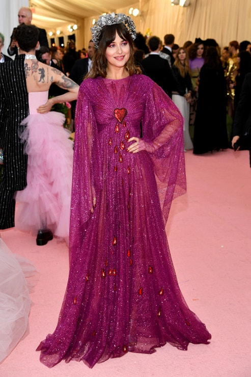 Dakota Johnson v šatech Gucci na Met Gala 2019