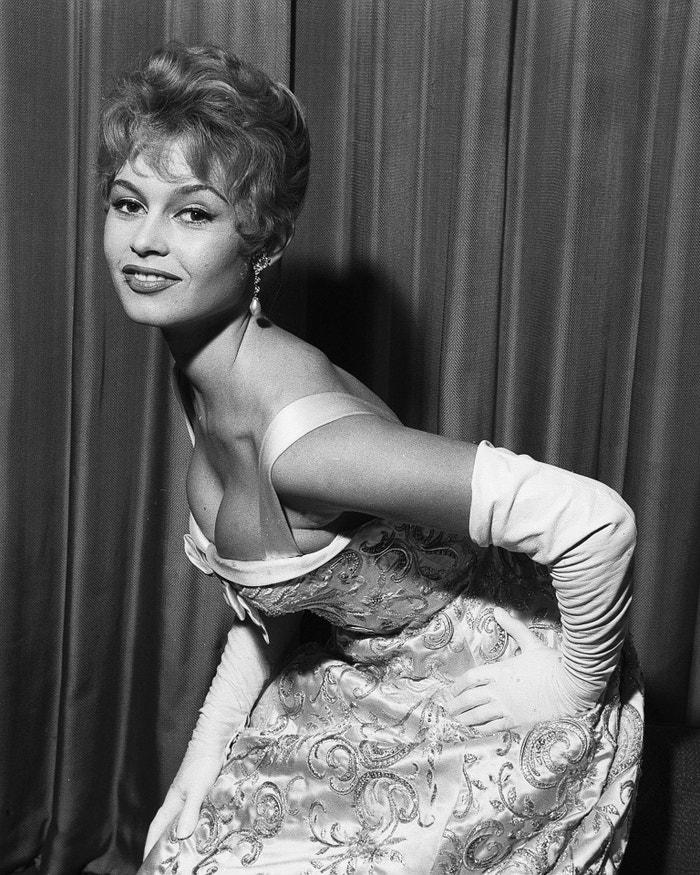 Dlouhé večerní róby doplněné saténovými rukavičkami. Brigitte Bardot v roce 1955. Autor: Getty Images