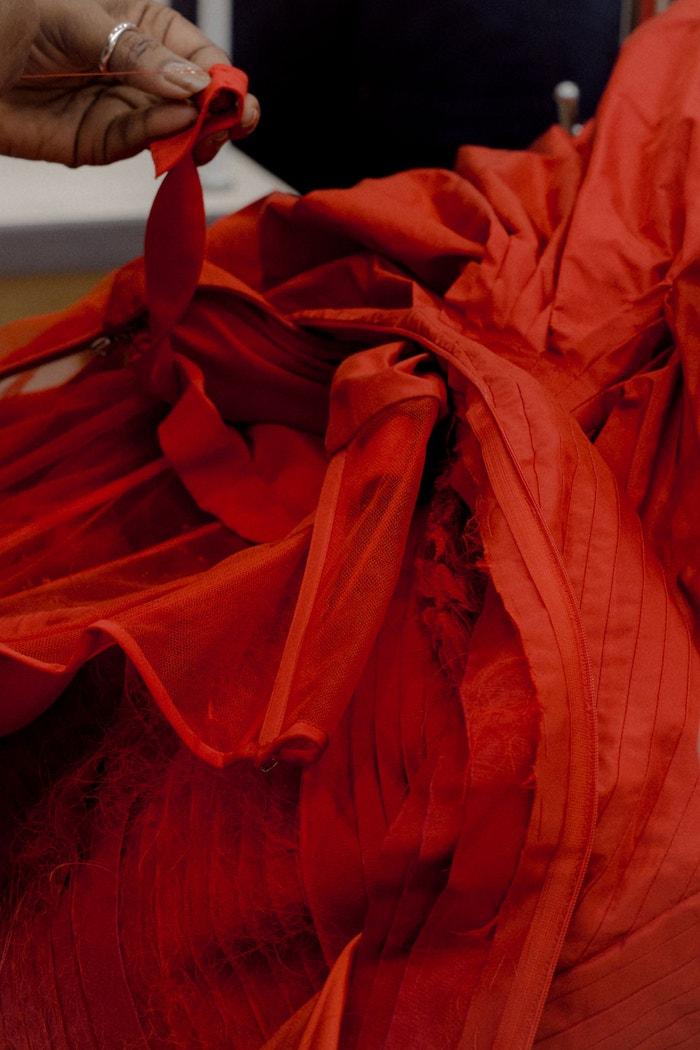 Rose Dress jsou naskládané na korzetovém základu, na kterém Sarah Burton a její tým vytvářejí volány a sklady.