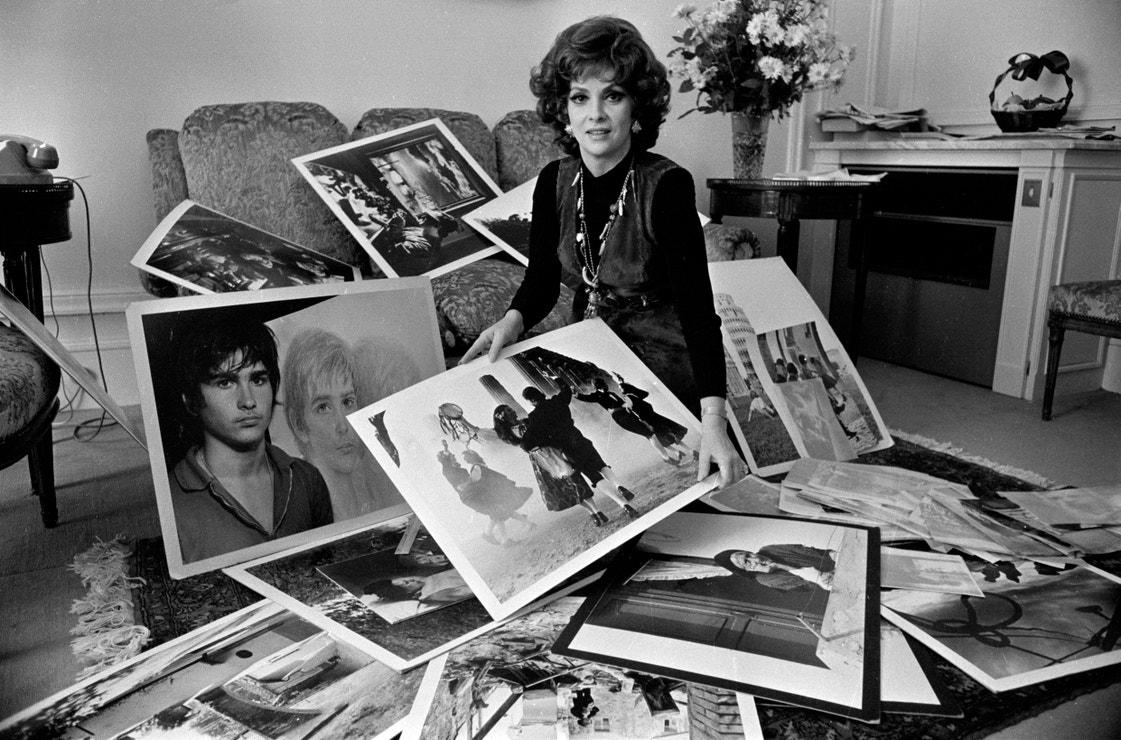 Gina Lollobrigida se svými fotografiemi, Paříž, 1970