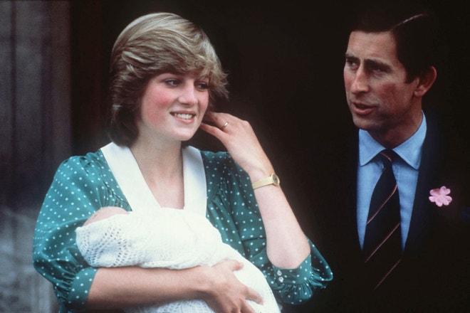 Princezna Diana s princem Charlesem a novorozeným synem Williamem před nemocnicí St. Mary's v Londýně, 22. června 1982