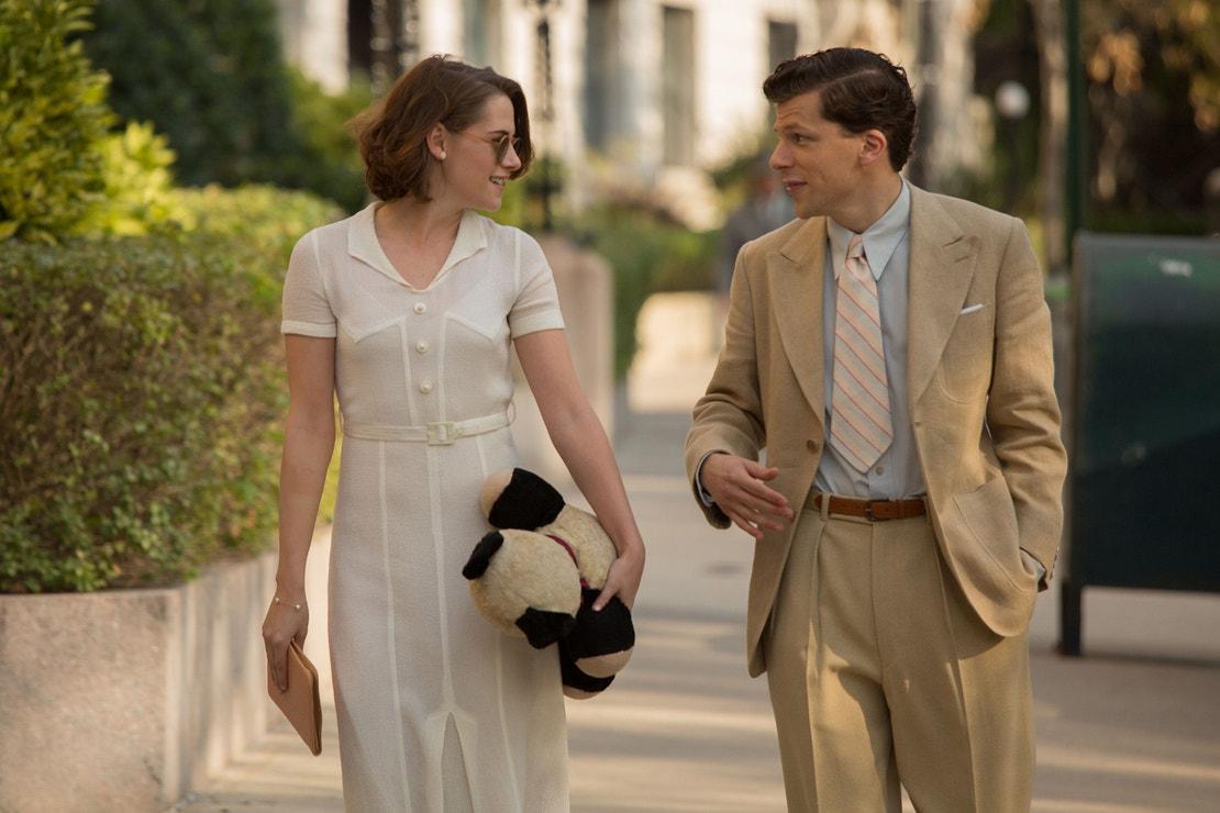 Kristen Stewart a Jesse Eisenberg ve filmu Café Society, 2016