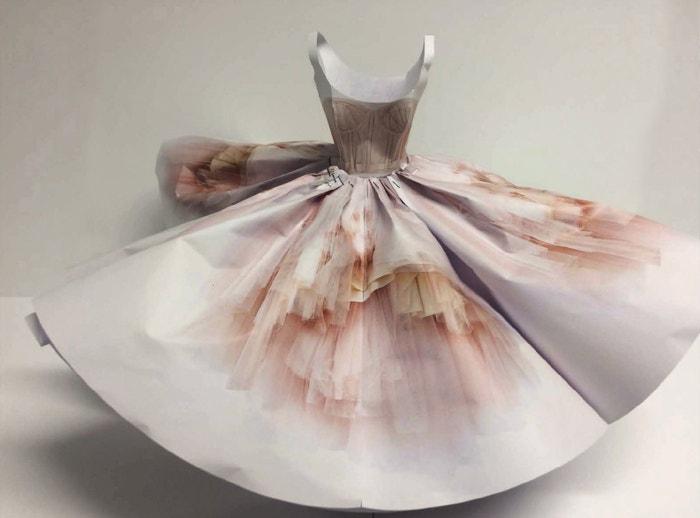 Mezistupeň tvorby šatů z jarní kolekce Alexander McQueen, na které se korzet pouze natisknul.
