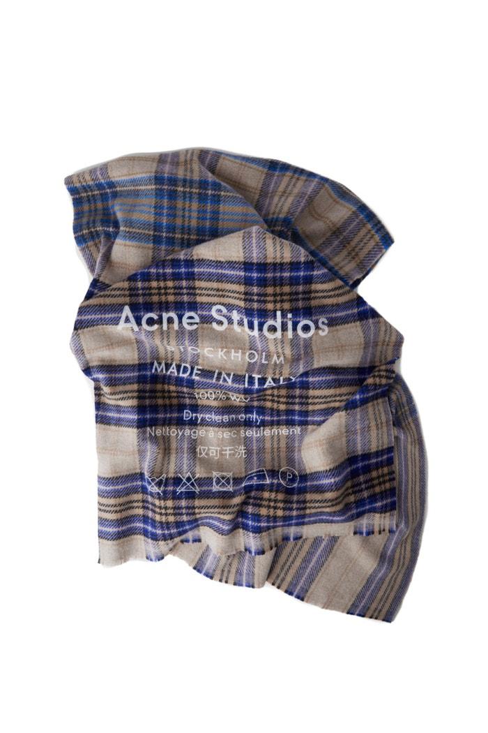Šála Cassiar, Acne Studios (prodává Acne Studios), 200 €